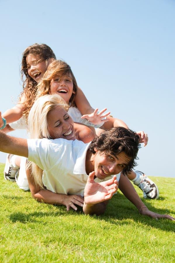 Mentira feliz de la familia imagen de archivo libre de regalías
