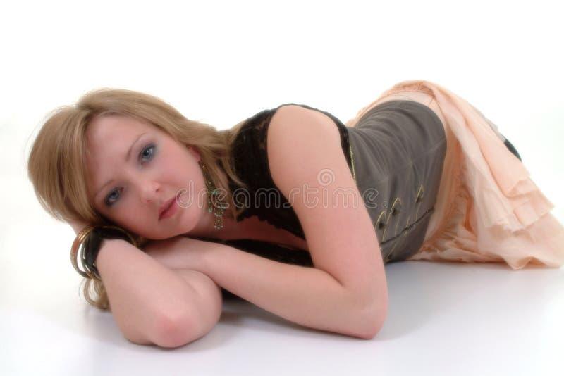 Mentira femenina joven en suelo fotos de archivo