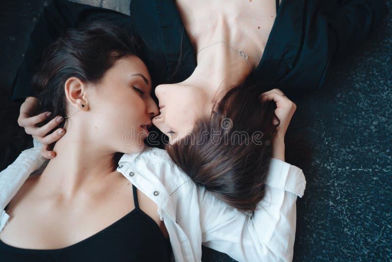 Mentira hermosa de dos muchachas en el piso fotos de archivo