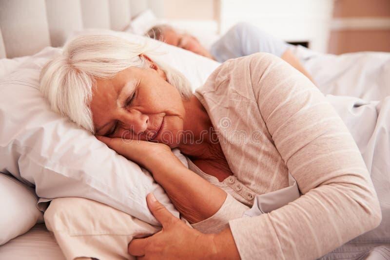 Mentira mayor de los pares dormida en cama junto foto de archivo