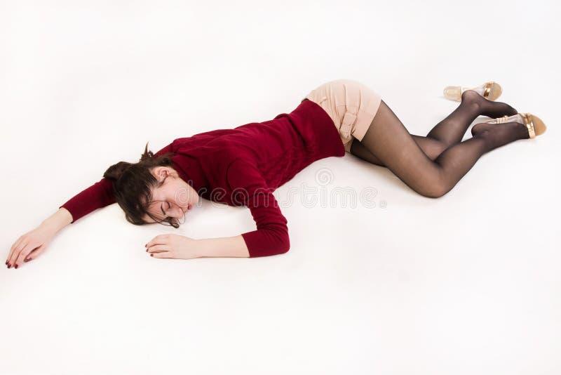 Mentira morena sin vida en el piso foto de archivo