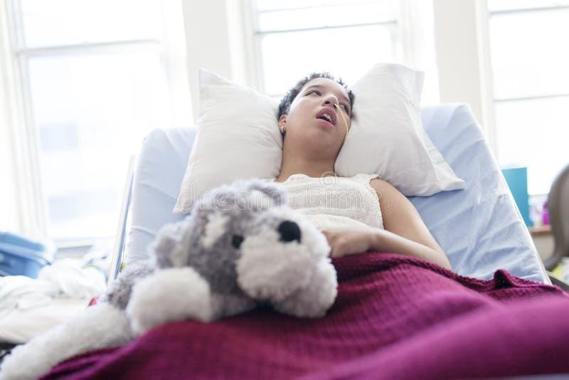 Mentira paciente enferma en cama en el hospital para el fondo médico fotos de archivo libres de regalías