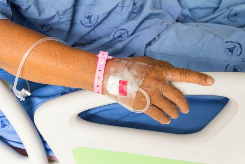 Mentira paciente enferma en cama en el hospital para médico foto de archivo libre de regalías