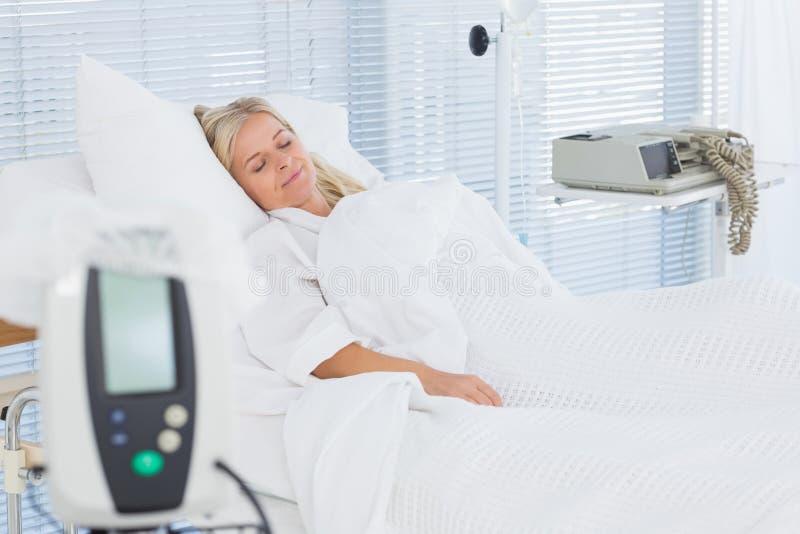 Mentira paciente feliz en su cama fotos de archivo
