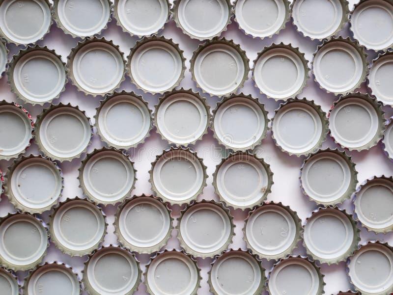 Mentiras de las cápsulas en la textura blanca Tapas, corona imagenes de archivo