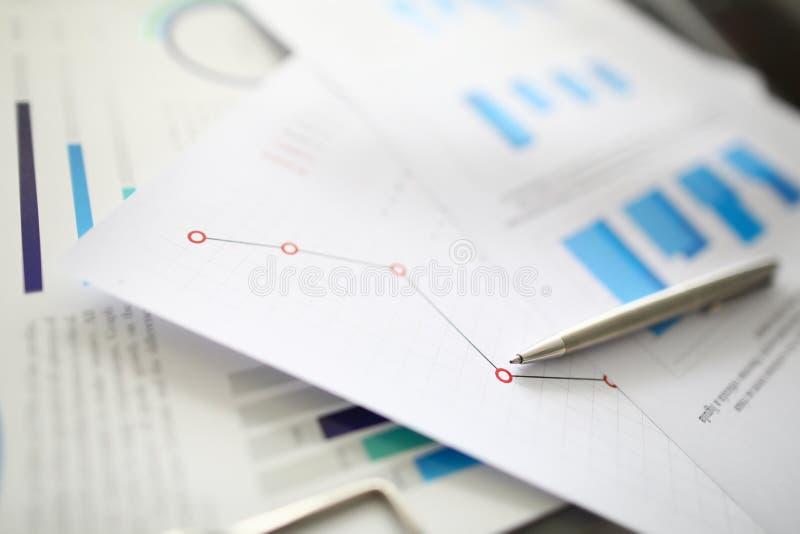 Mentiras de prata da pena em documentos com imagens de stock