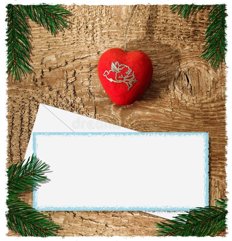 Mentiras rojas brillantes de un corazón en un fondo de madera con una hoja blanca del papel y las ramas de un árbol de abeto imagen de archivo libre de regalías