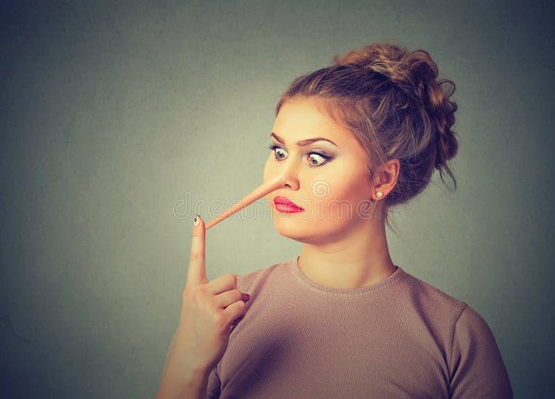 Mentiroso da mulher com nariz longo fotografia de stock royalty free