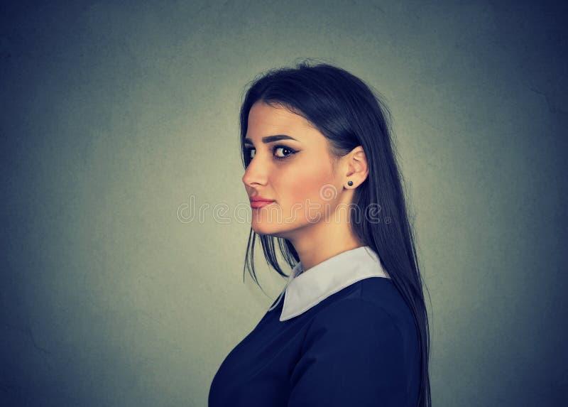 Mentiroso manhoso, planejando da jovem mulher imagens de stock