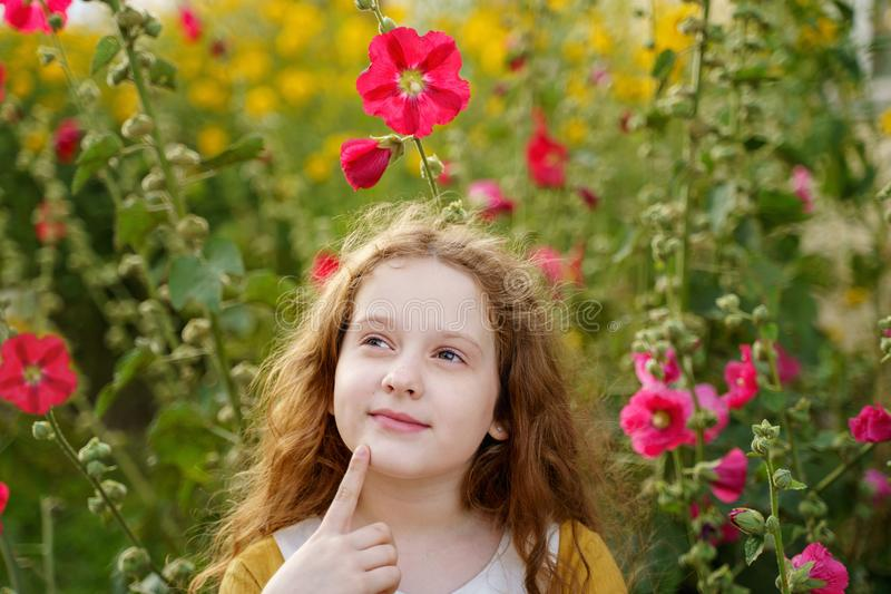 Mento commovente della bambina pensierosa con il fronte di pensiero di espressione fotografie stock