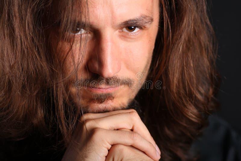 Download Mento Di Riposo Del Giovane Sulle Mani Immagine Stock - Immagine di goatee, nero: 7324957