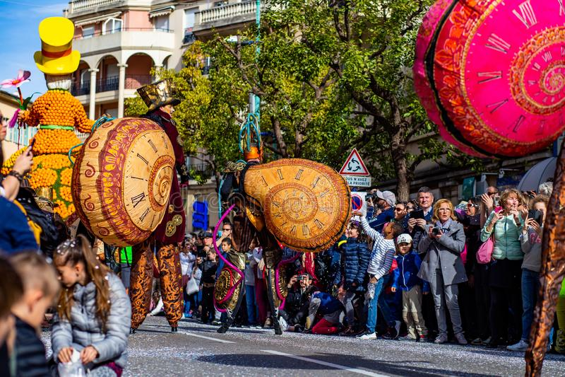 Menton citronfestival 2019, gata Carnaval, fantastiskt världstema, konstnärstående arkivbild