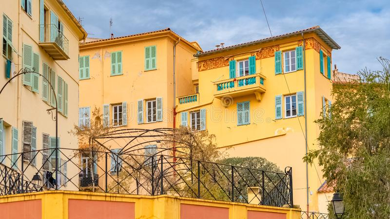 Menton, kolorowi domy fotografia royalty free