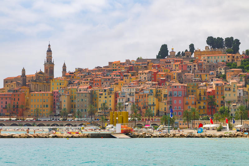 Menton miasteczko w kolorowi domy przy latem obrazy royalty free