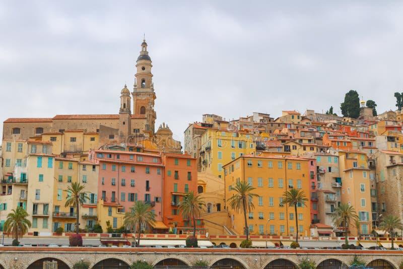 Menton miasteczko w kolorowi domy przy latem zdjęcie stock