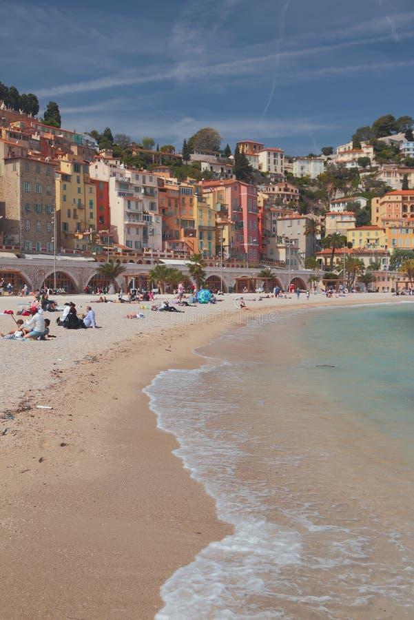 Menton, Niza, Francia - 20 de abril de 2019: Playa y ciudad en la colina fotografía de archivo