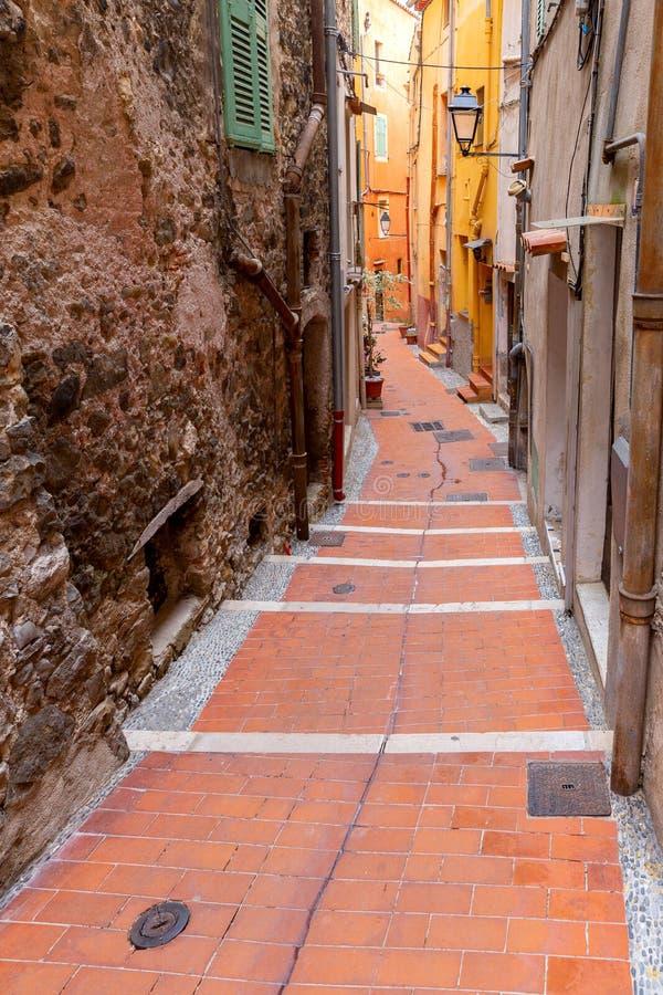 Menton Oude smalle straat in het historische deel van de stad stock afbeeldingen