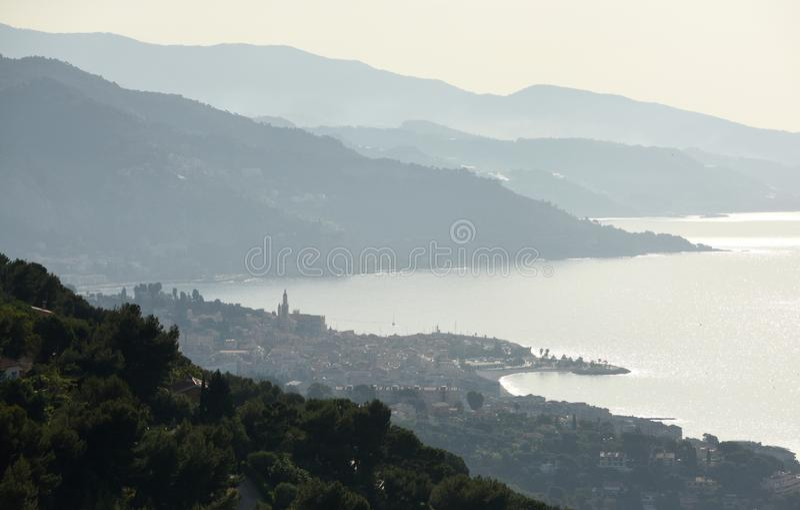 Menton, Provence-Alpes-Taubenschlag d ` Azur, Frankreich Cote d'Azur von französischem Riviera lizenzfreies stockbild
