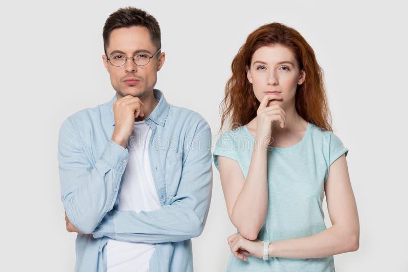 Menton songeur de contact de couples avec le doigt pensant à quelque chose photos stock