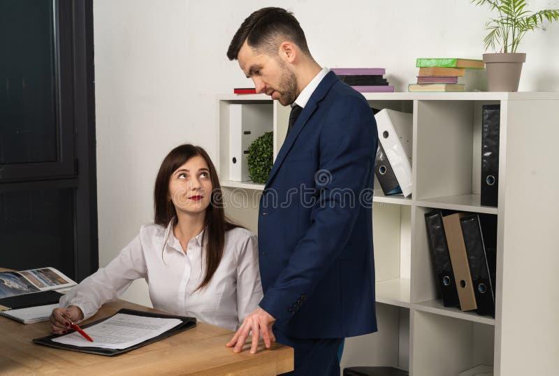 Mentor amigável que explica a tarefa para o empregado novo fotografia de stock royalty free