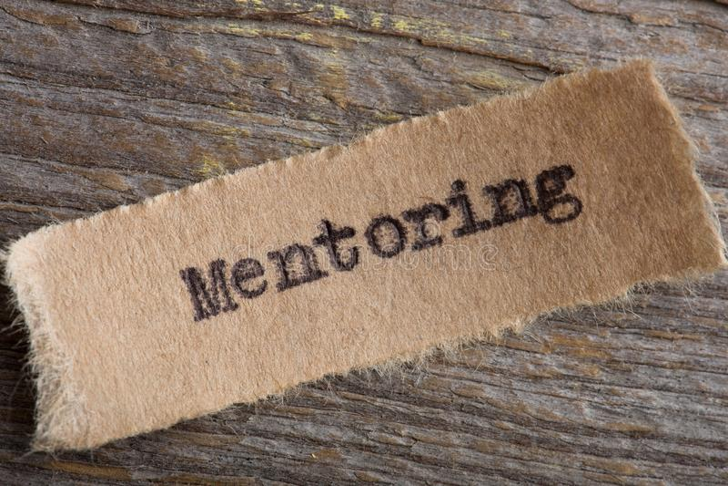 mentoringord på ett stycke av pappersslut upp, idérikt motivationbegrepp för affär royaltyfri foto