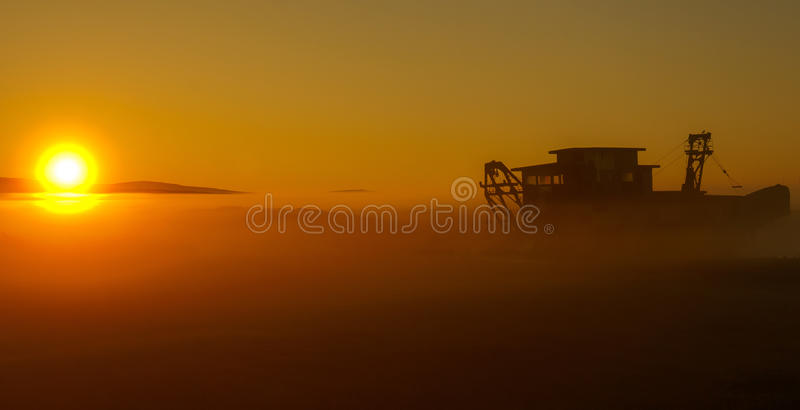 Mentre la nebbia aumenta, così fa il giorno immagine stock
