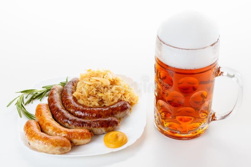 Menu d'Oktoberfest, tasse de bière, un plat des saucisses et choucroute image stock