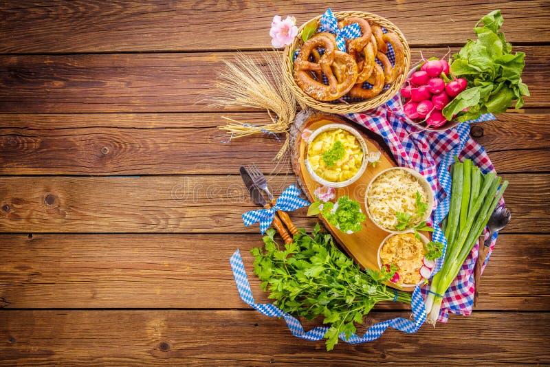 Menu de nourriture d'Oktoberfest, saucisses bavaroises avec des bretzels, purée de pommes de terre, choucroute, bière photos stock