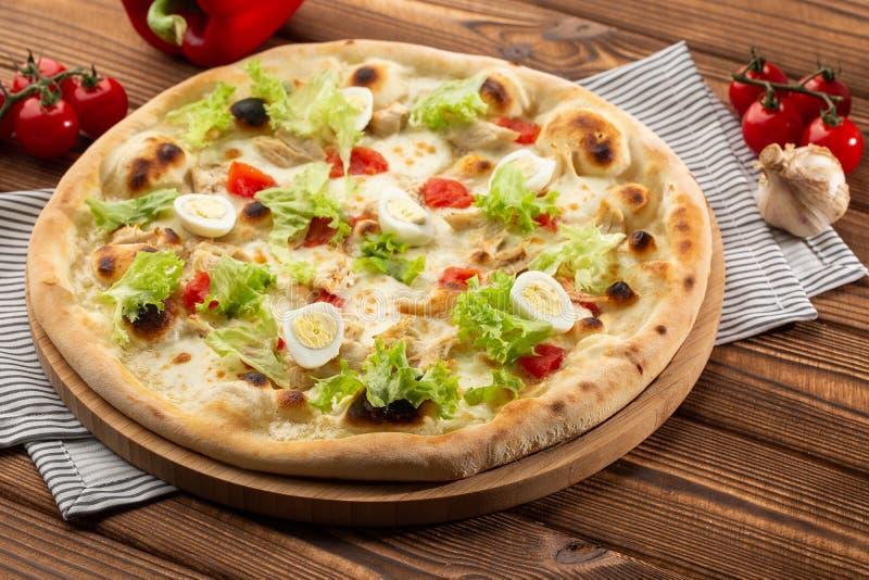 Menu de pizzeria de restaurant avec la pizza délicieuse César de goût photo stock