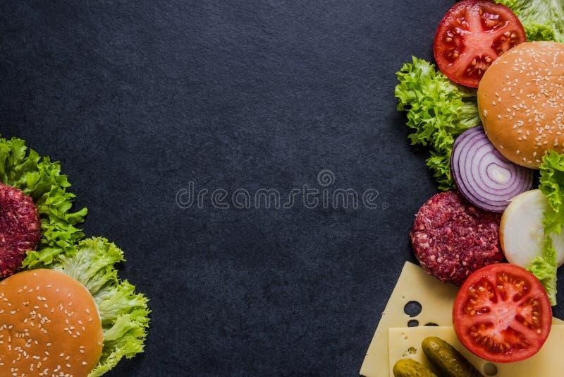 Menu de restaurant, ingrédients d'hamburger et espace foncés de copie images stock