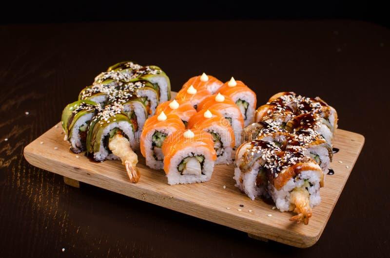 Menu de restaurant ukrainien de fruits de mer Sushi japonais Rolls Les sushi ont placé le maki avec la crevette, le thon, l'angui photos libres de droits