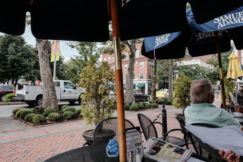 Menu de restaurant vu à une barre et à un café dans une ville nord-américaine photographie stock libre de droits