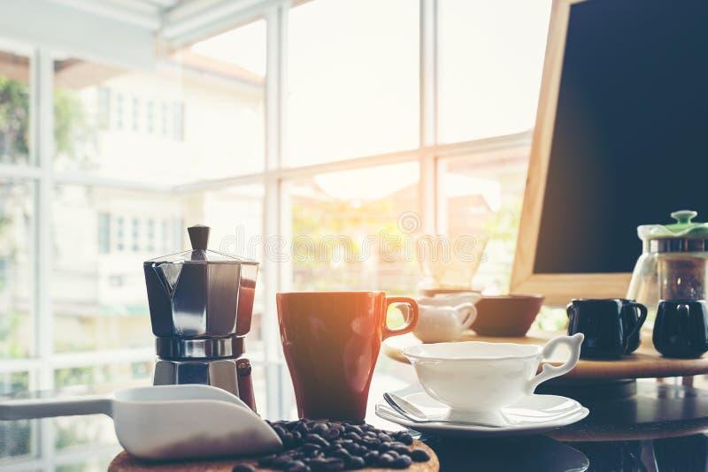 Menu de tableau noir sur le dessus de table en bois de brun foncé avec la tasse de coffe photographie stock libre de droits