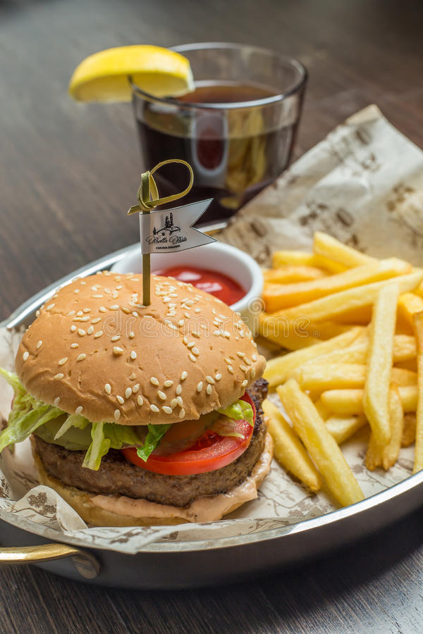Menu degli alimenti a rapida preparazione con l'hamburger ed il vetro di cola fotografie stock