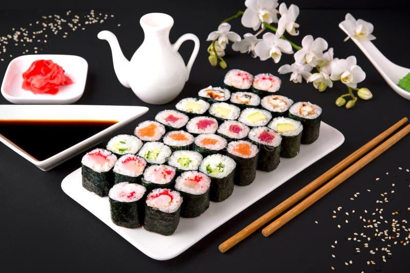 Menu dei sushi Alimento giapponese Insieme del maki con il salmone, tonno, chuka, cetriolo, avocado, formaggio, anguilla, gambere fotografia stock