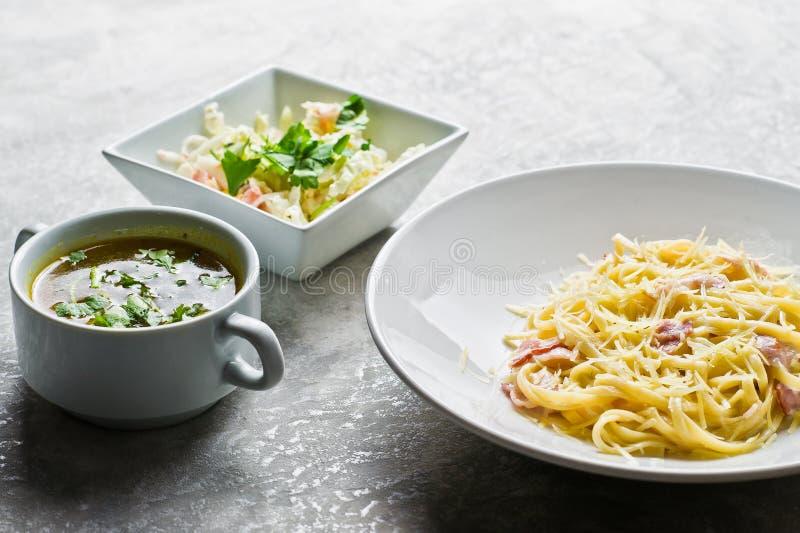 Menu del pranzo di lavoro del ristorante, pasta Carbonara, insalata verde e minestra di pollo immagine stock libera da diritti