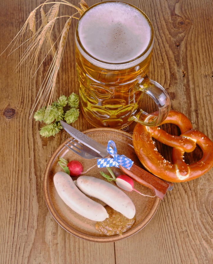 Menu di Oktoberfest - birra, salsiccia bianca, ciambellina salata, ravanello, HDR fotografia stock libera da diritti