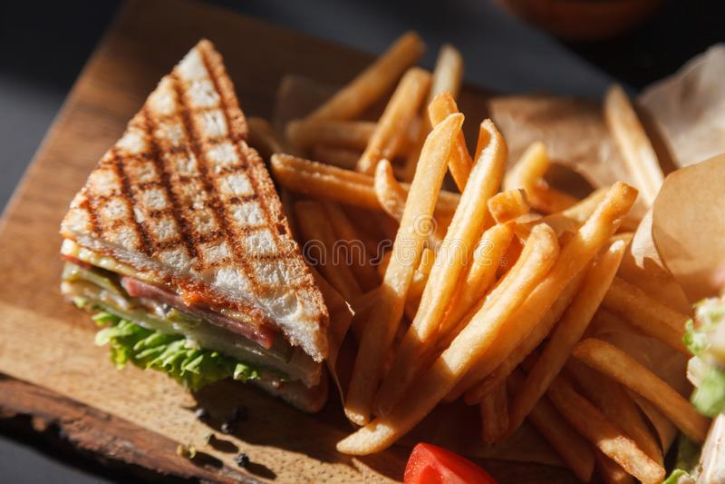 Menu di sessione di foto nuovo del caff?, panino di club fresco con il pollo e le verdure, insalata della lattuga, patate fritte  fotografia stock