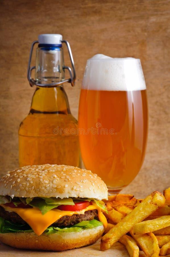 Menu do Hamburger com cerveja imagens de stock royalty free