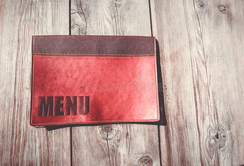 Menu do restaurante em uma tabela de madeira imagem de stock