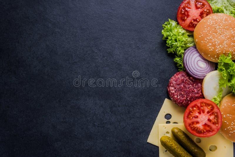 Menu do restaurante, ingredientes do hamburguer e espaço escuros da cópia imagens de stock royalty free