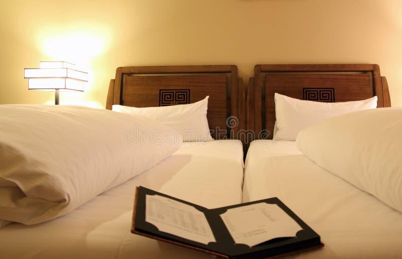 Menu do restaurante no quarto de hotel imagem de stock royalty free