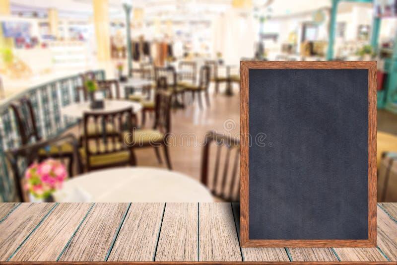 Menu en bois de signe de tableau noir de cadre de tableau sur la table en bois photographie stock