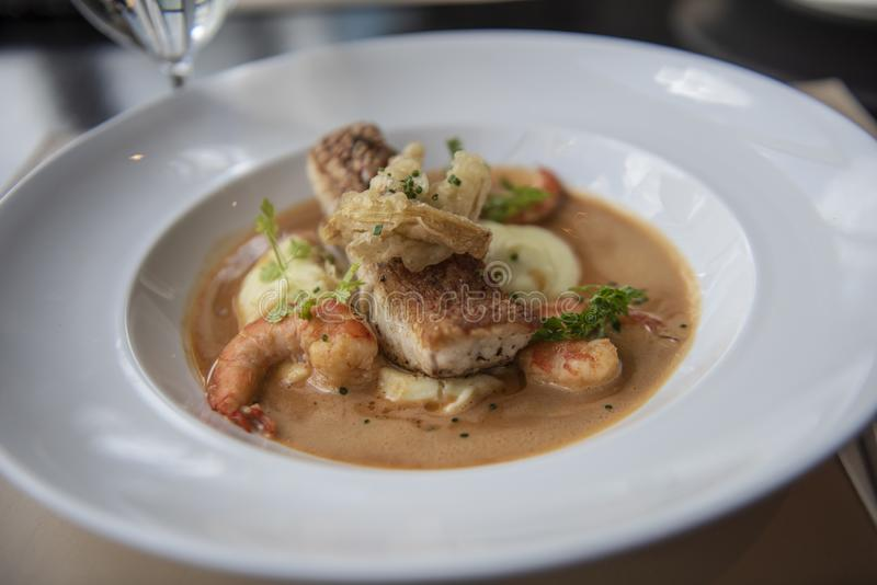 Menu fresco do alimento de mar com luciano, camarão, batata e coberto com molho marrom imagens de stock