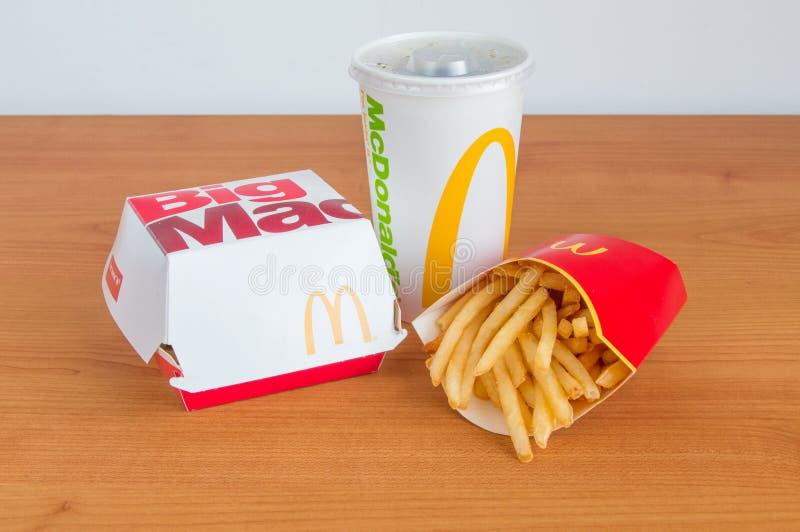 Menu grande do Mac do ` s de McDonald com batatas fritas e Coca-Cola para a bebida fotografia de stock royalty free