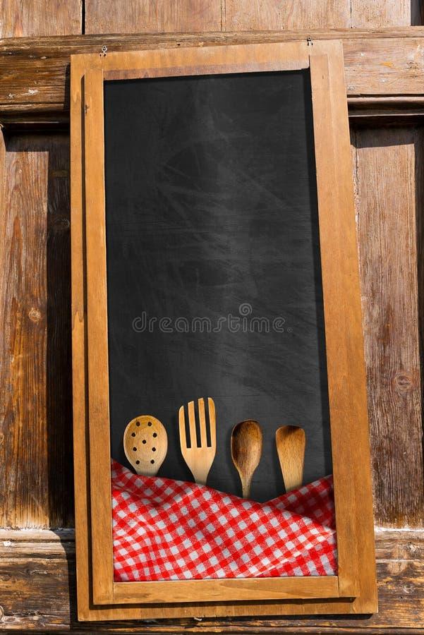 Menu lavagna con gli utensili della cucina illustrazione - Lavagna da cucina ...