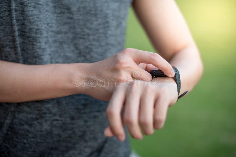 Menu masculin de bouton de pressing de main sur la montre intelligente après fonctionnement image libre de droits