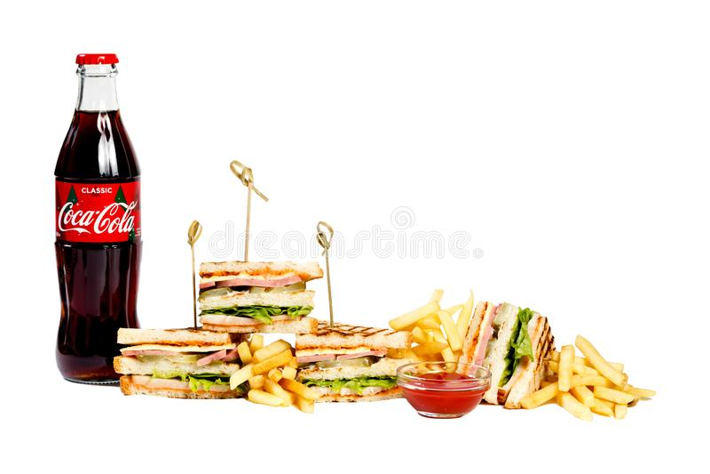 Menu novo da sessão de foto da casa do café, sanduíche de clube fresco, garrafa de vidro da coca-cola, batatas fritas, ketchup is imagens de stock royalty free