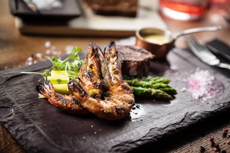 Menu Smakowanie Steki wołowe i krewetki z grilla zdjęcie royalty free