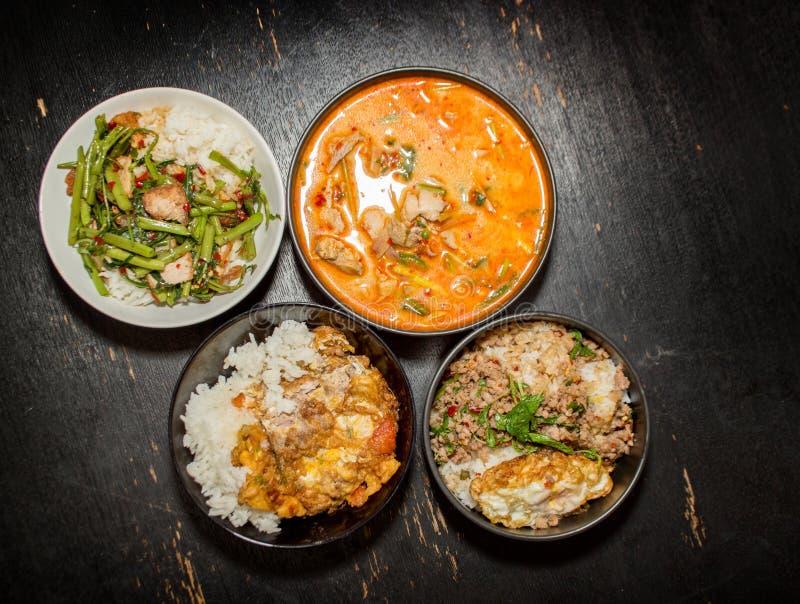 menu tailandês favorito Krapoa do alimento quatro, Tom-yum, sopa, omeleta imagem de stock